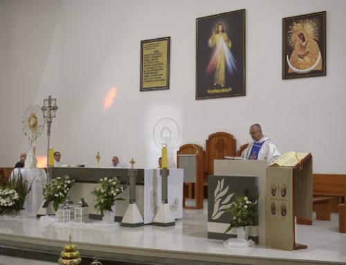 Adoracja Najświętszego Sakramentu w monstrancji z Medjugorie