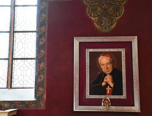 W oczekiwaniu na beatyfikację – obrazy Prymasa Tysiąclecia w katedrze i Domu Polskim